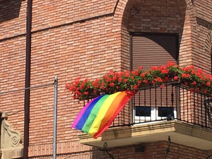 bandear arociris en el balcón del ayuntamiento de Calahorra