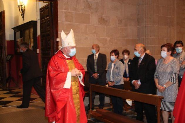 El Obispo se dirige al altar mayor