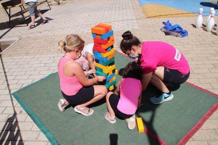 Grupo niños jugando plaza Juan Apillani