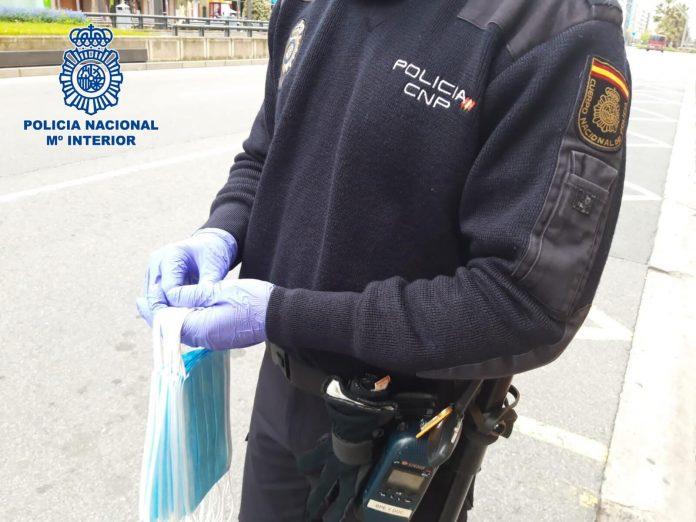 policía nacional reparte mascarillas
