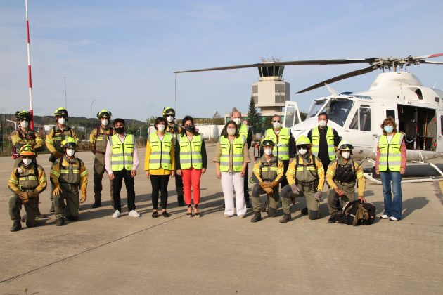 Representantes del Gobierno de La Rioja junto con los profesionales del dispositivo contra incendio