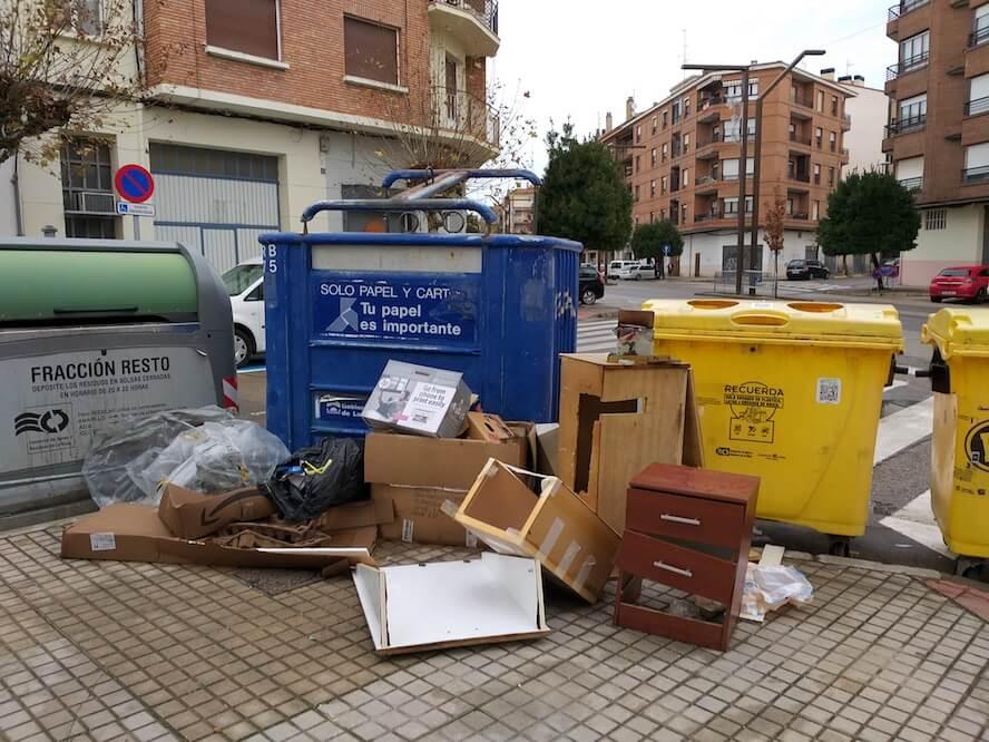 basuras junto a contenedores