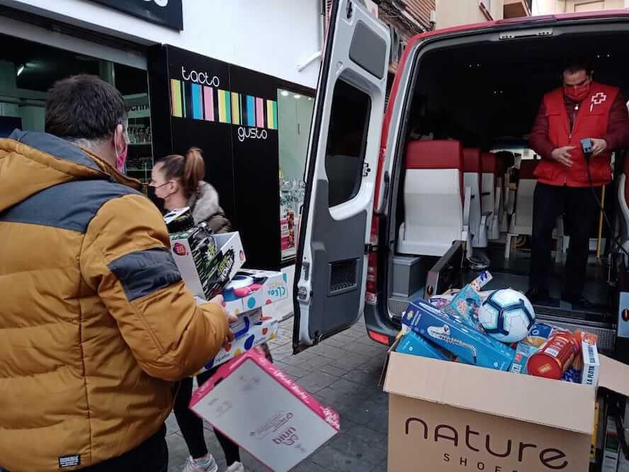 entrega juguetes a Cruz Roja