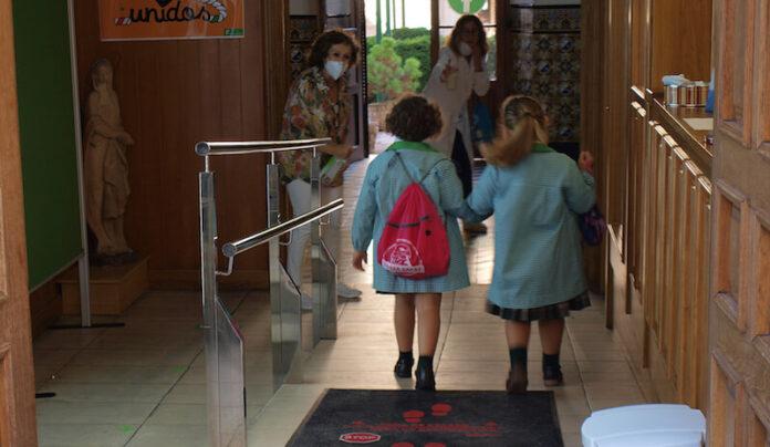 niñas llegando al colegio