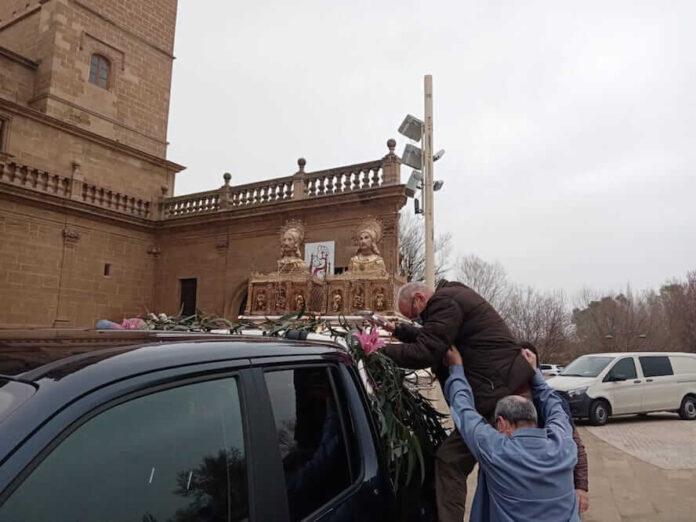 colocando urnas santos mártires coche