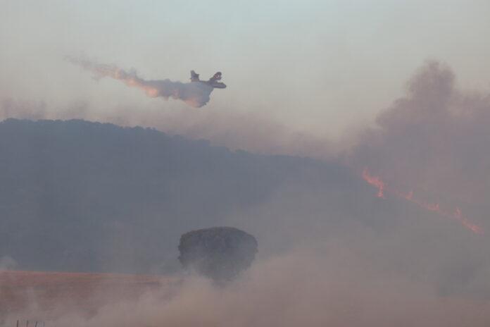avion descarga agua incendio